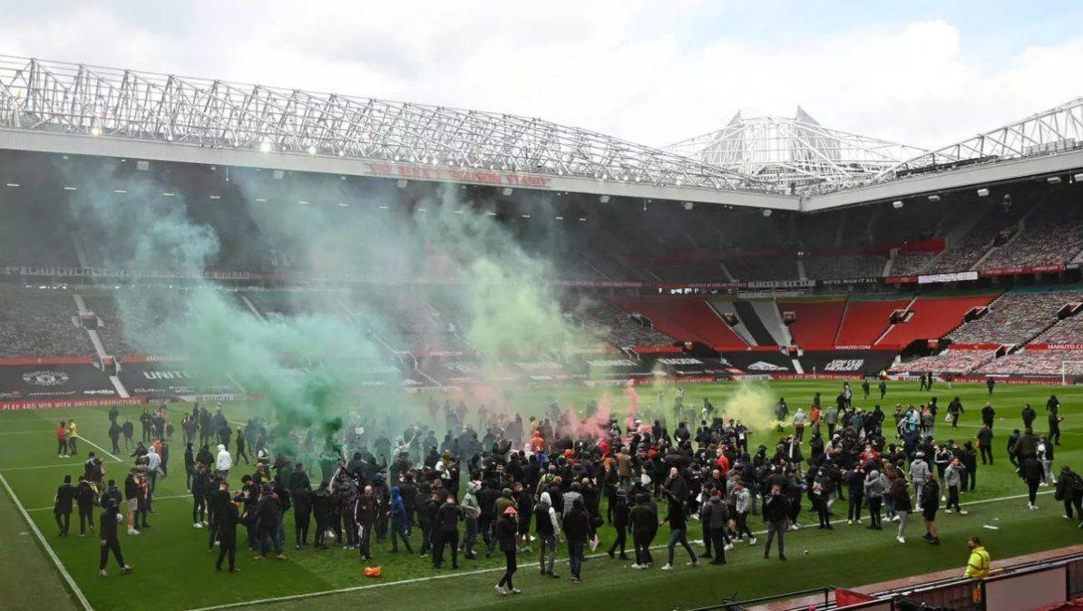 Los seguidores del Manchester United protestaron antes del duelo en Old Trafford contra Liverpool. | Foto: france24.com