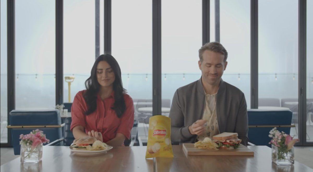Ryan Reynolds y Aislinn Derbez compiten por unas Sabritas