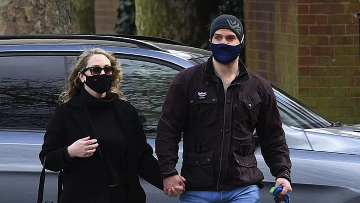 Henry Cavill junto a su nueva pareja. | Foto: tirquesanews.mx