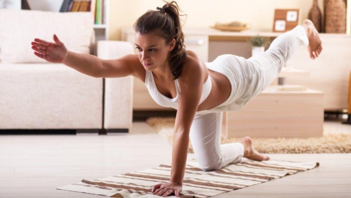 El yoga es uno de los mejores ejercicios en casa para mejorar tu flexibilidad y tonificar el cuerpo.   Foto: tara.co.uk