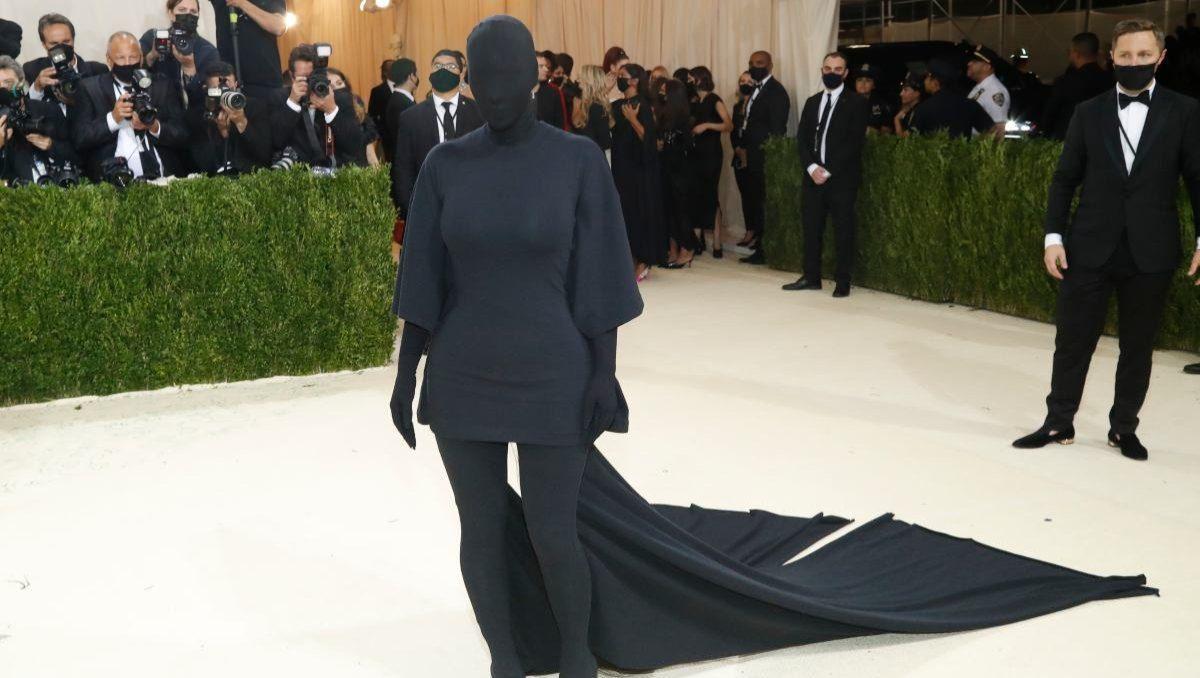 Kim Kardashian impresionó cubierta por completa.